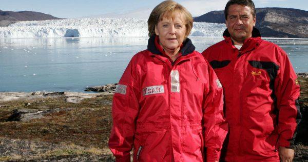 La chancelière Angela Merkel et le ministre de l'Environnement Sigmar Gabriel en 2007 devant les glaciers du Groenland. Crédit photo Michael Kappelerdpa